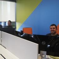 Zwei meiner Kollegen, man achte auf die Farbe des Stuhls ...