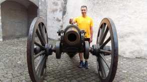 Andi (DE) ist fasziniert von den großen Kanonen Im Schlosshof